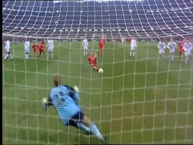 Zenden hai lần chạm bóng khi đá phạt đền ở chung kết Cup Liên đoàn Anh 2003