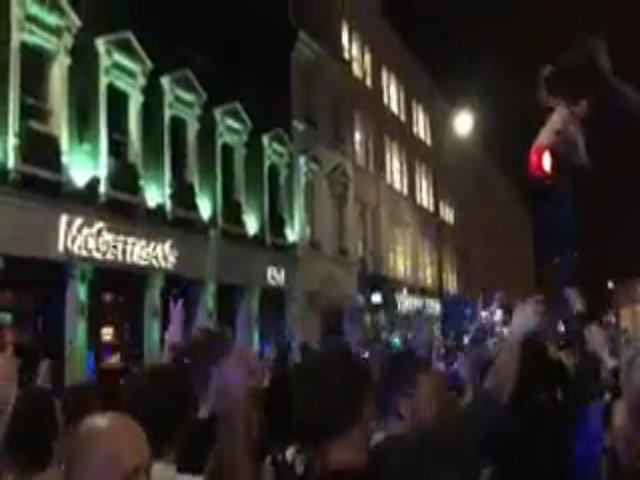 CĐV Chelsea đổ ra đường ăn mừng sau chiến thắng West Brom