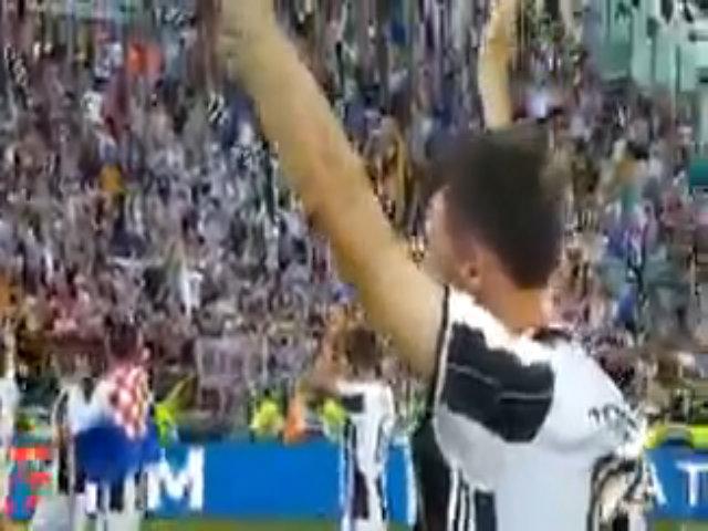 Cầu thủ Juventus đi vòng quanh sân cảm ơn các tifosi