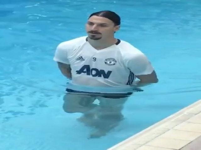 Ibrahimovic đi bộ dưới hồ bơi