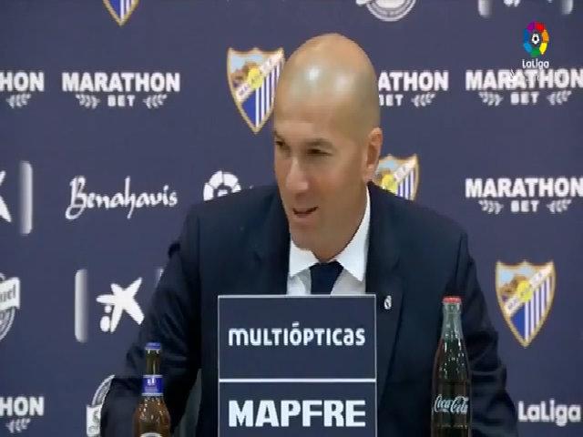 Học trò đổ rượu lên người Zidane