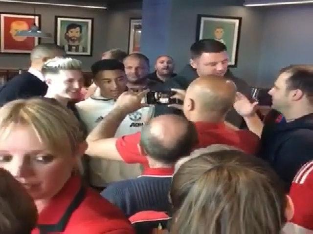 Lingard đãi CĐV Man Utd bia tại quán bar của Giggs và Neville