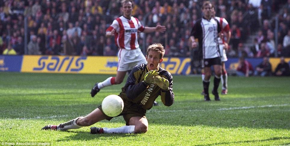 Tài nghệ của Van der Sar thời mới nổi lên ở Ajax