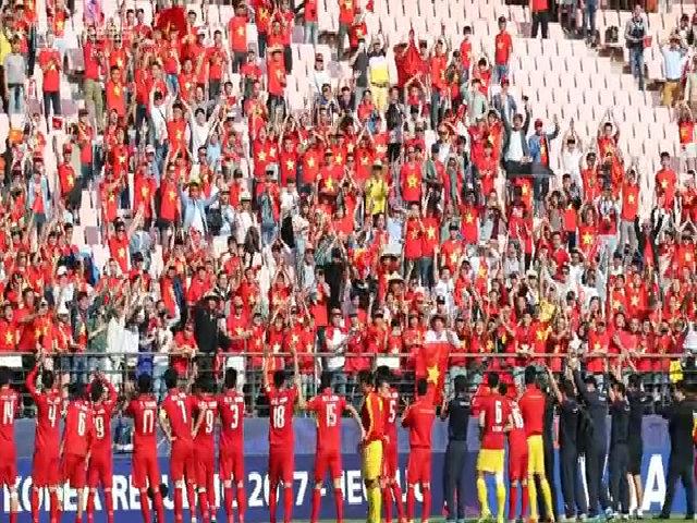 Cầu thủ U20 Việt Nam đi quanh sân cám ơn khán giả