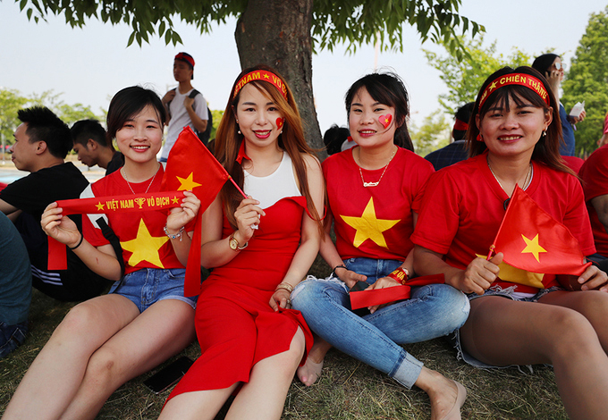 Hàng ngàn CĐV kéo đến sân World Cup cổ vũ U20 Việt Nam