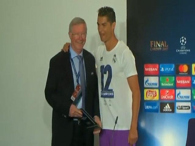 Ferguson trao giải Cầu thủ hay nhất trận chung kết cho Ronaldo