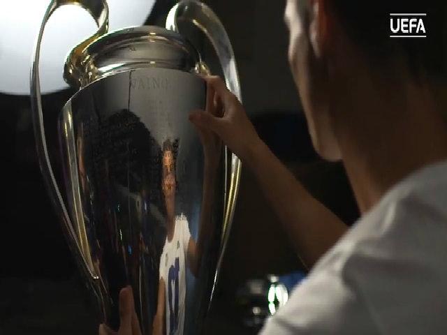 Ronaldo soi bóng mình qua chiếc Cup Champions League