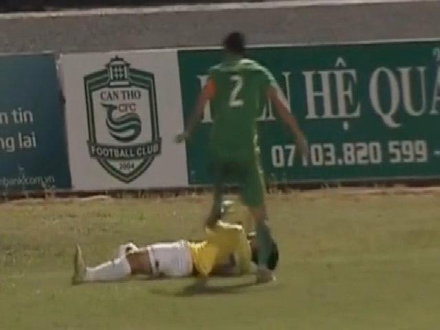 Tiền vệ U20 Việt Nam bị Chí Công giẫm liên tiếp lên người