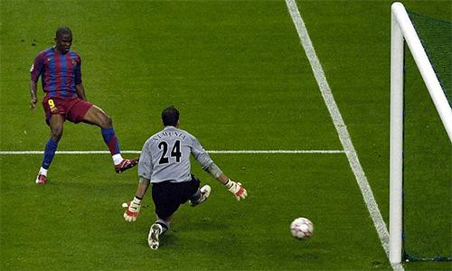 Eto'o gỡ hoà cho Barca trong trận thắng Arsenal 2-1 năm 2006
