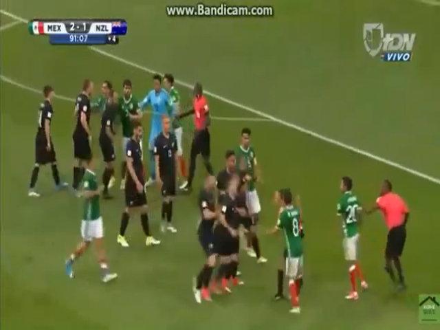Cầu thủ Mexico và New Zealand đánh nhau