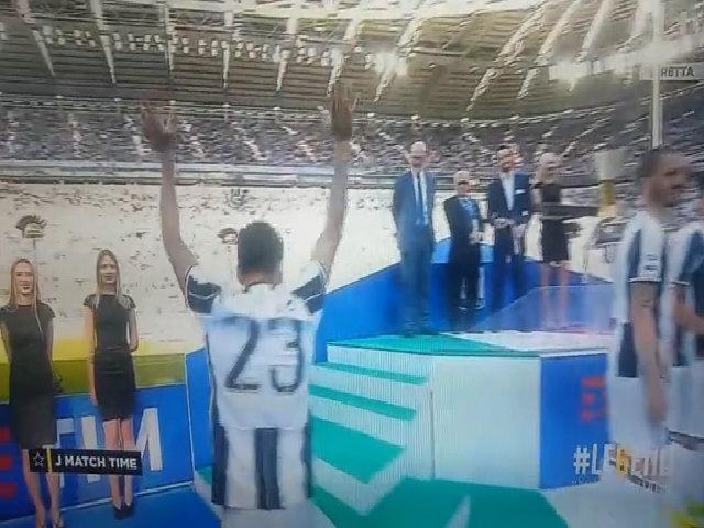 Dani Alves mừng scudetto cùng Juventus