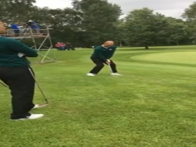 Guardiola ôm Giggs chia vui sau cú đánh golf chính xác