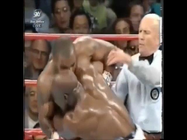 Mike Tyson cắn Evander Holyfield: Không chỉ mất một vành tai