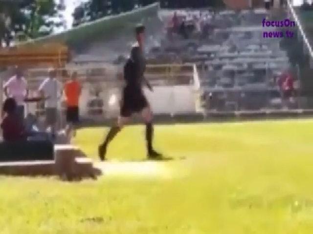 Trọng tài mang súng vào sân sau khi bị cầu thủ đấm