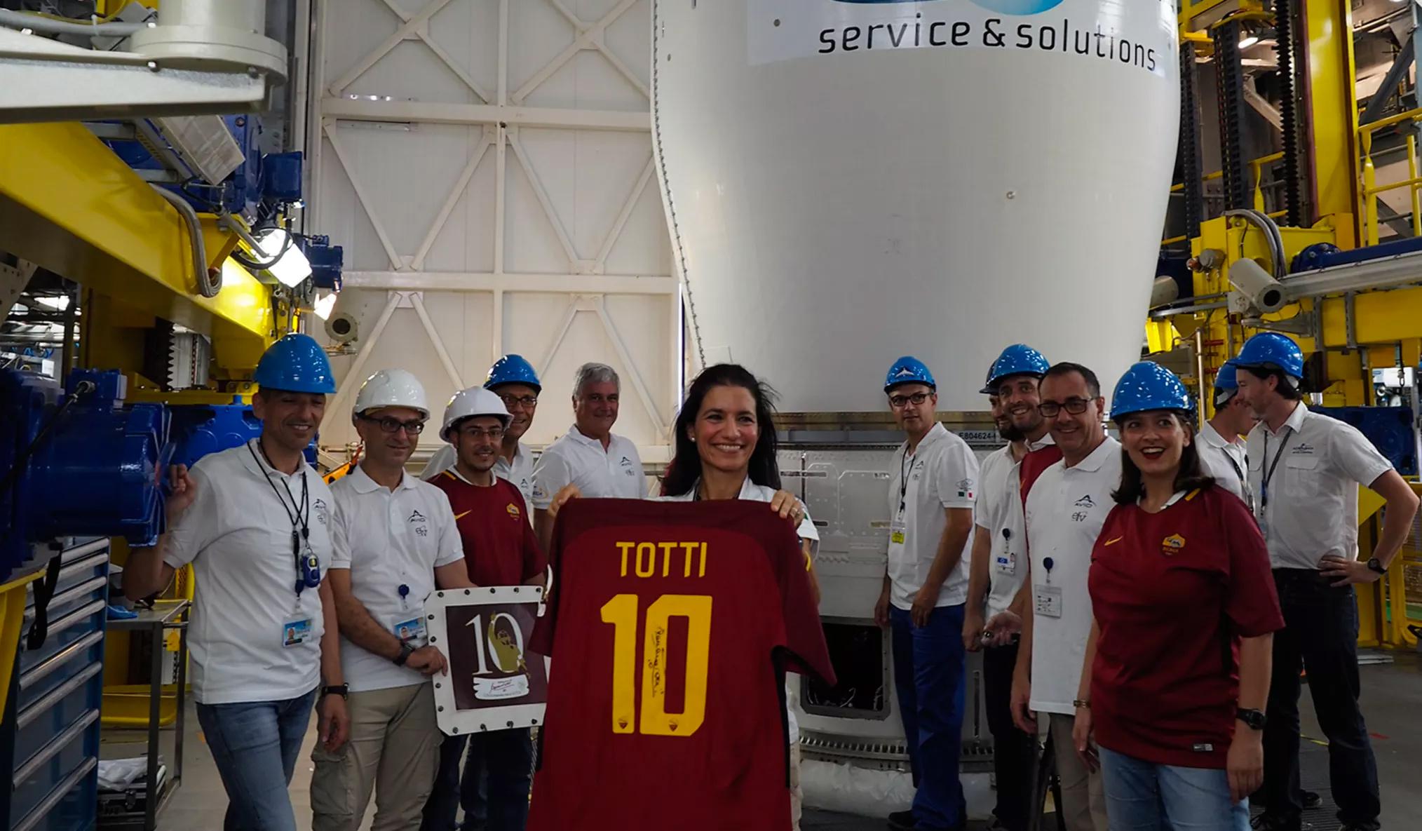 Roma gửi áo đấu của Totti lên vũ trụ