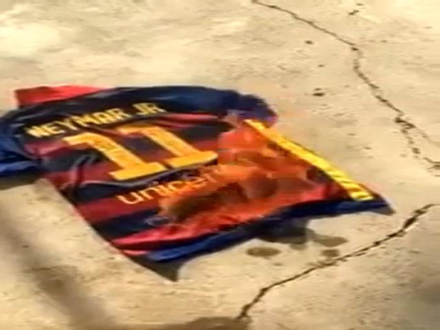 Fan Barca đốt áo đấu của Neymar