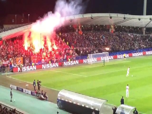 CĐV Spartak Moscow bắn pháo sáng vào trọng tài