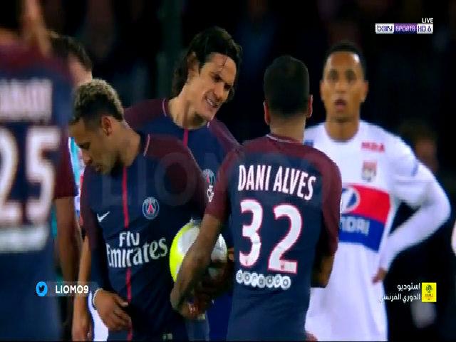 Dani Alves ngăn Cavani đá phạt, để nhường cho Neymar