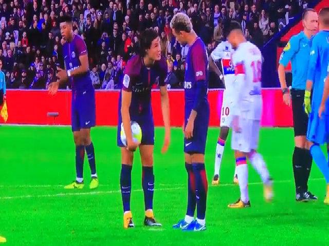 Neymar và Cavani tranh nhau quả đá phạt đền