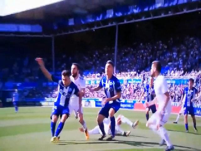 Ronaldo bị nghi ăn vạ trận gặp Alaves