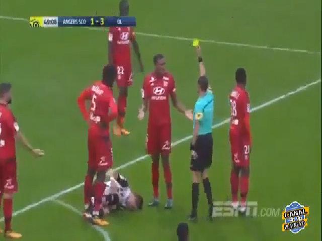 Hậu vệ Lyon bị phạt thẻ đỏ vì hất thẻ khỏi tay trọng tài