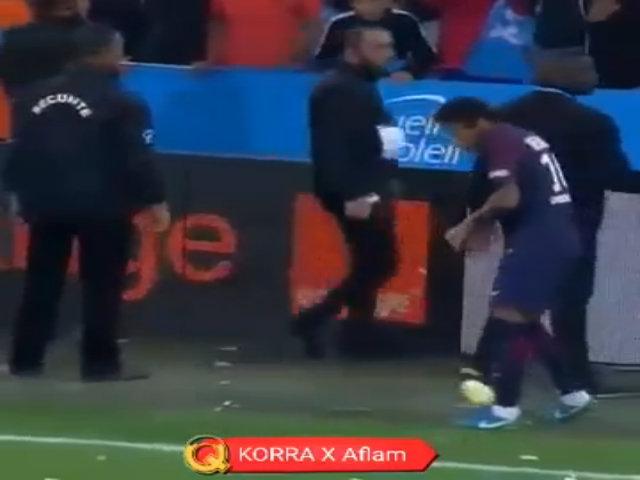 Cảnh sát phải bảo vệ để Neymar đá phạt góc