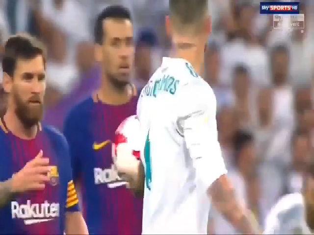 Granell ném bóng khỏi tầm với của Ramos tái hiện màn chọc tức Messi