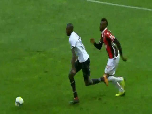 Balotelli ghi bàn quyết định rồi nhận thẻ đỏ trực tiếp
