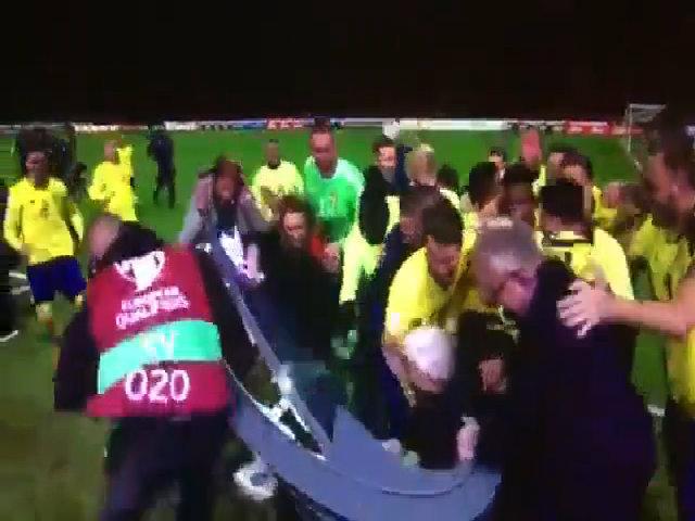 Cầu thủ Thụy Điển xô đổ bàn bình luận khi ăn mừng