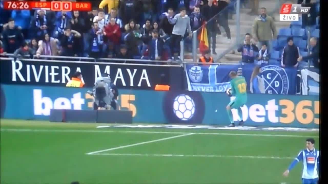 Thủ môn Barca bị ném vật thể vào đầu