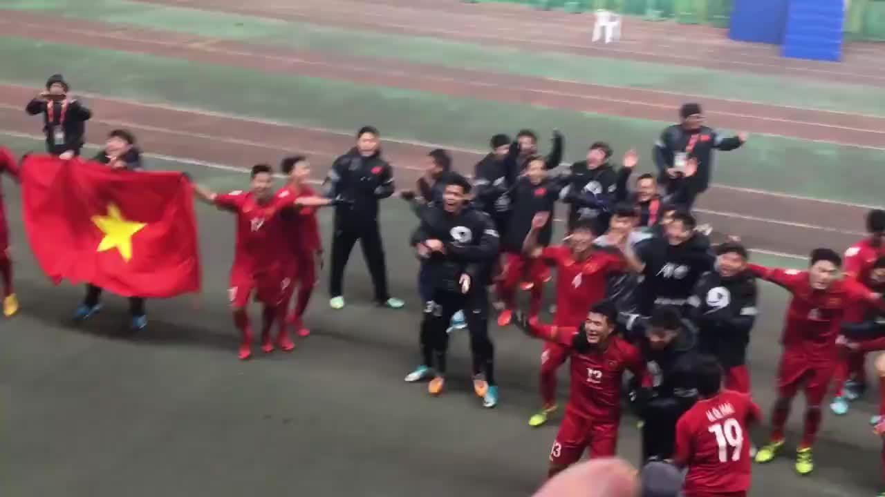 U23 Việt Nam cảm ơn khán giả trên sân