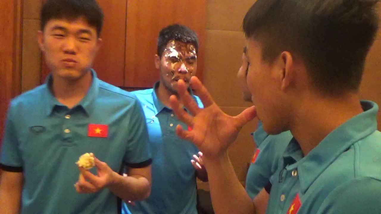Cầu thủ U23 Việt Nam nô đùa trong sinh nhật Công Phượng và Đức Huy