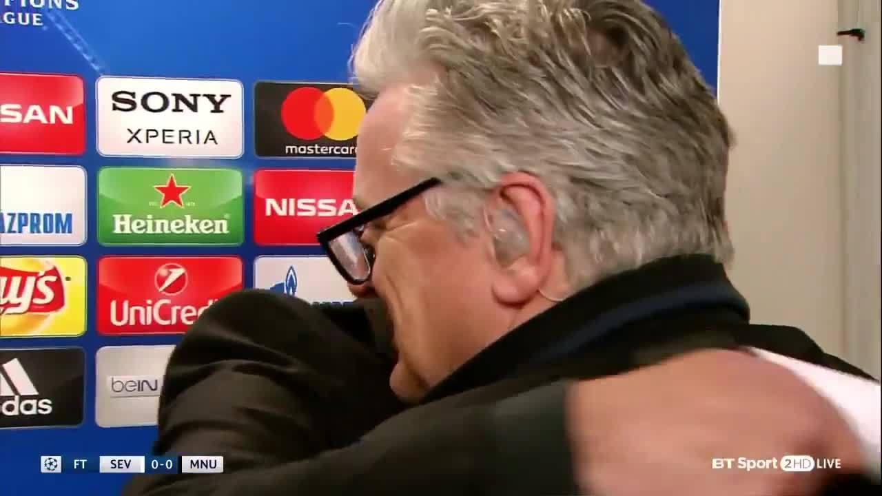Mourinho ôm phóng viên khi được hỏi về sao trẻ Man Utd