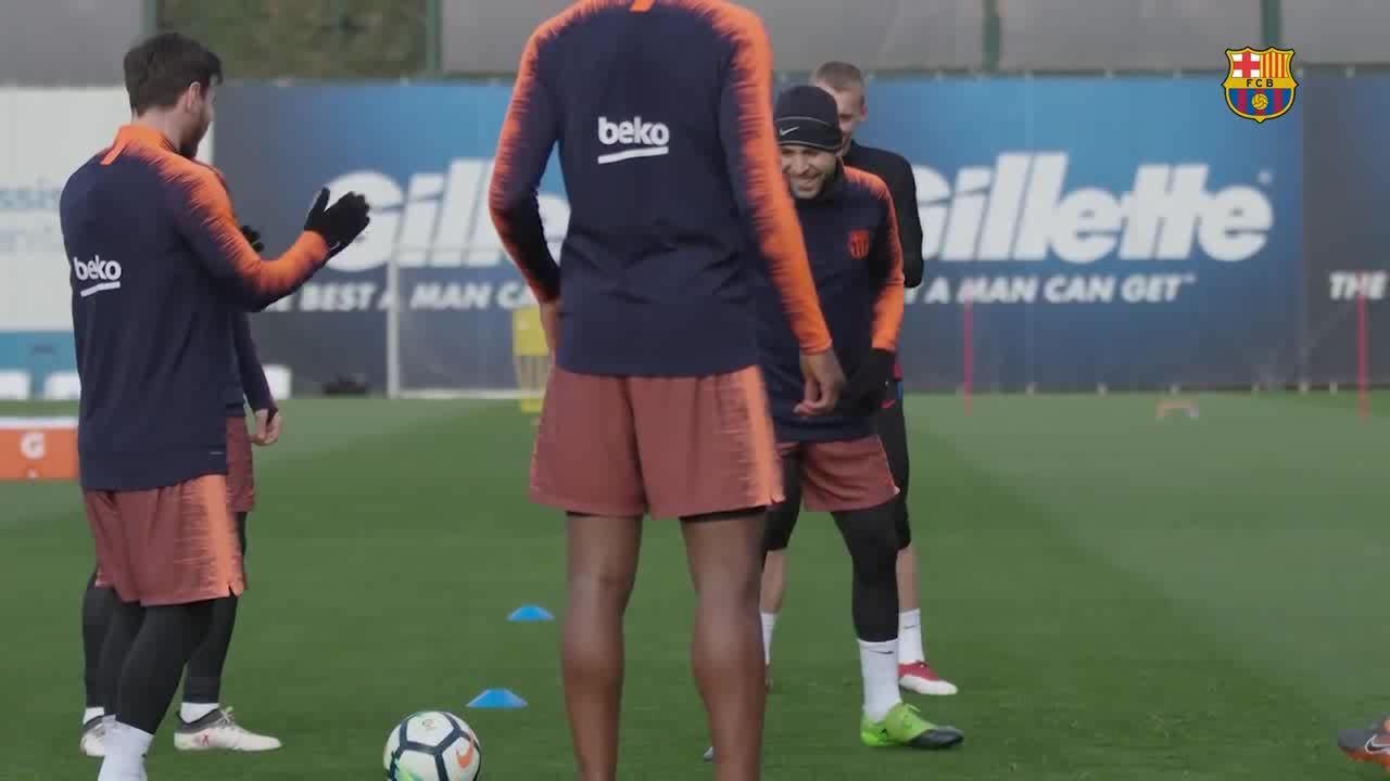Messi vỗ tay khen cú xâu kim của Dembele