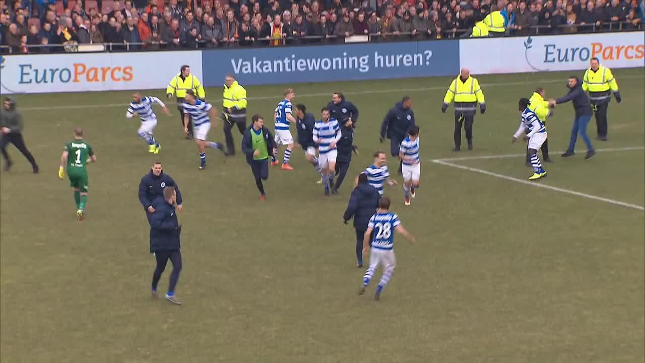 Cổ động viên chạy xuống sân đuổi đánh cầu thủ đội khách