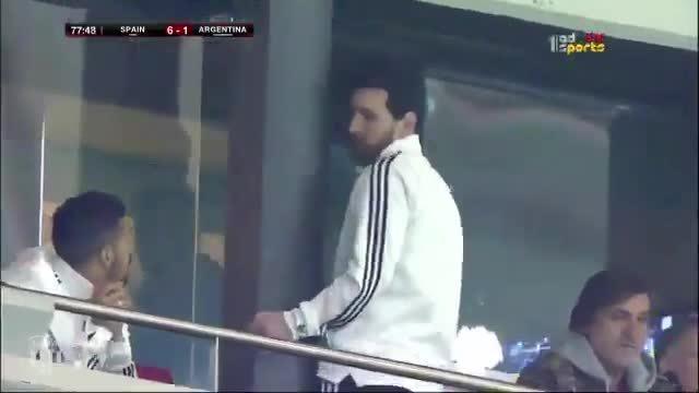 Messi đứng dậy bỏ đi sau bàn thua thứ sáu của Argentina
