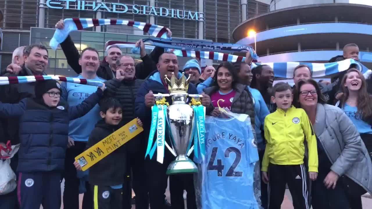 CĐV Man City đổ về sân Etihad mừng đội nhà vô địch