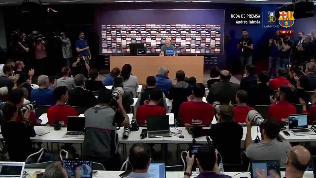 Khán phòng vỗ tay động viên khi Iniesta kết thúc phần thông báo