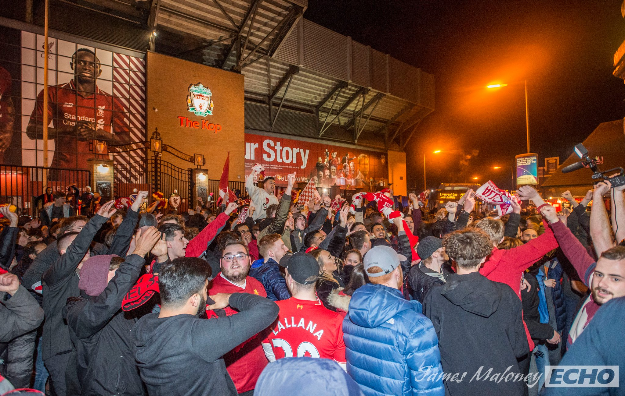 CĐV Liverpool tập trung ở Anfield mừng suất dự chung kết Champions League