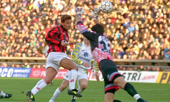 Buffon trình làng ở Serie A trong trận Parma - AC Milan năm 1995
