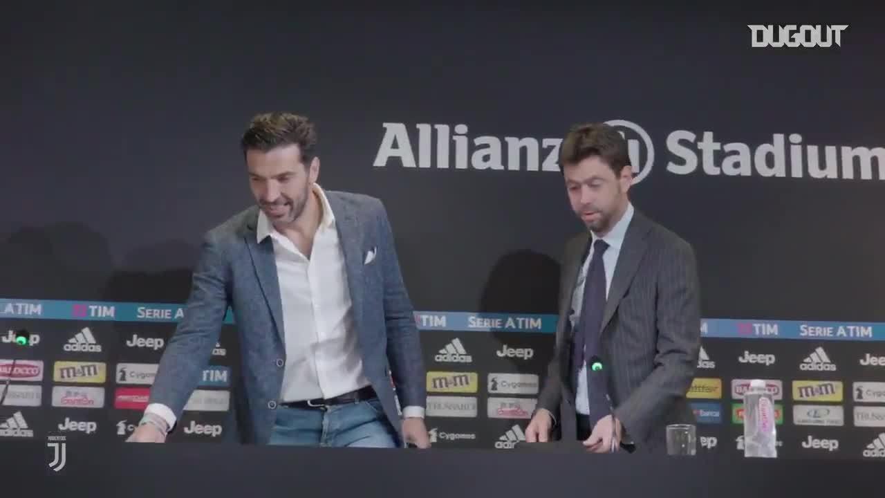 Buffon trong cuộc họp báo thông báo chia tay Juventus