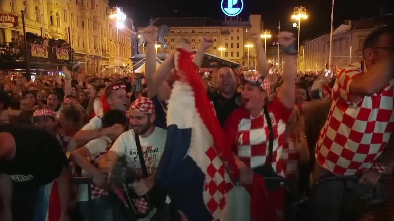CĐVCroatia vui mừng khi đội nhà vào chung kết World Cup