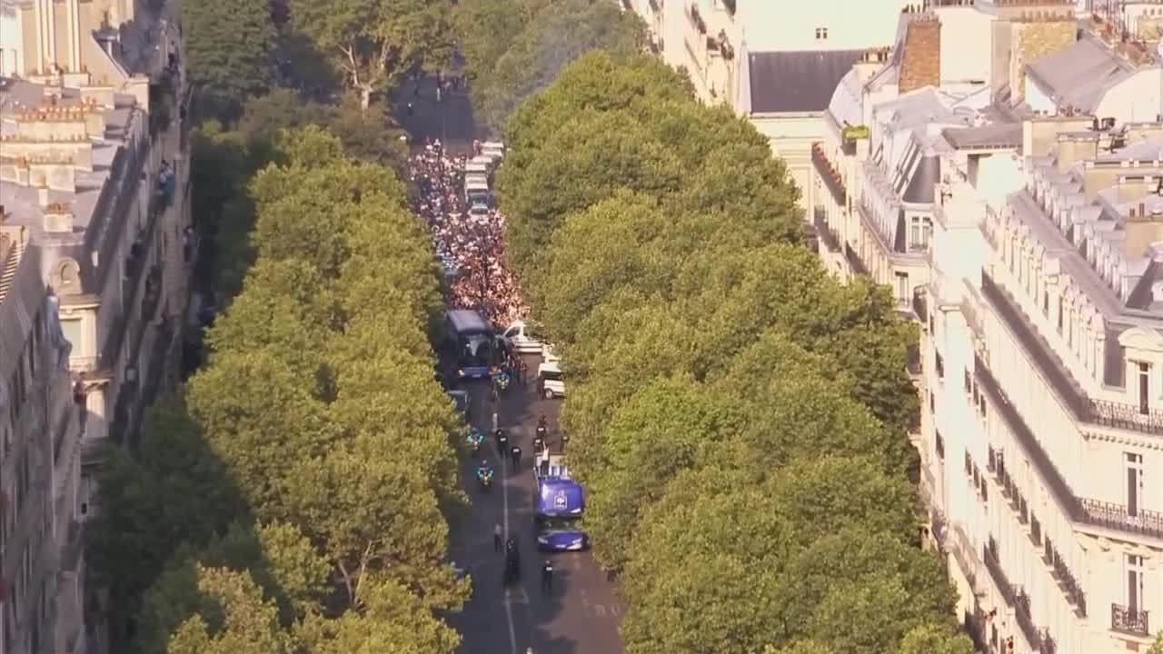 Hàng nghìn CĐVchào đón tuyển Pháp