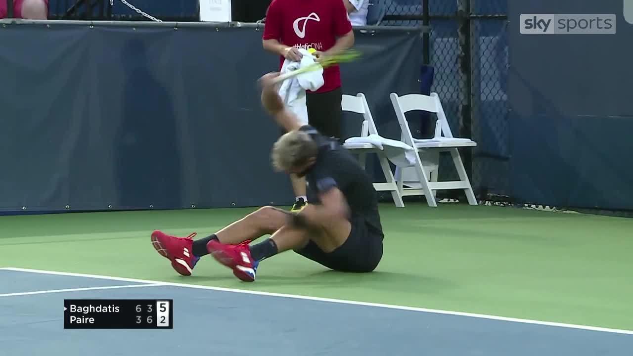 Sao quần vợt đập liên tiếp ba cây vợt