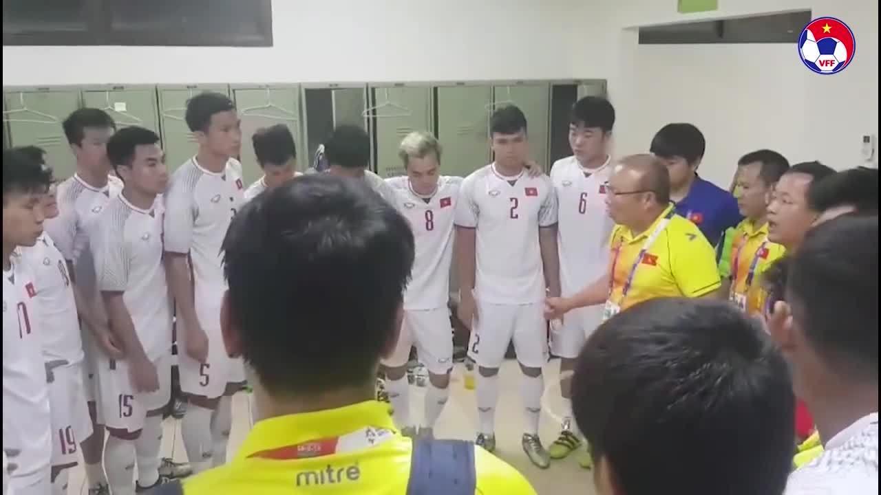 HLVPark Hang-seo khích lệ học trò trong phòng thay đồ