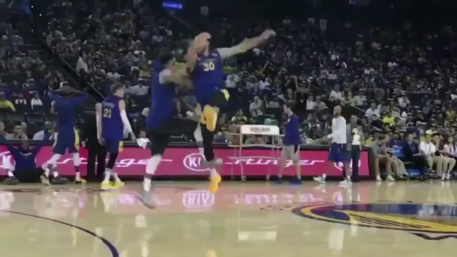 Sao NBA hất bóng trúng rổ từ giữa sân