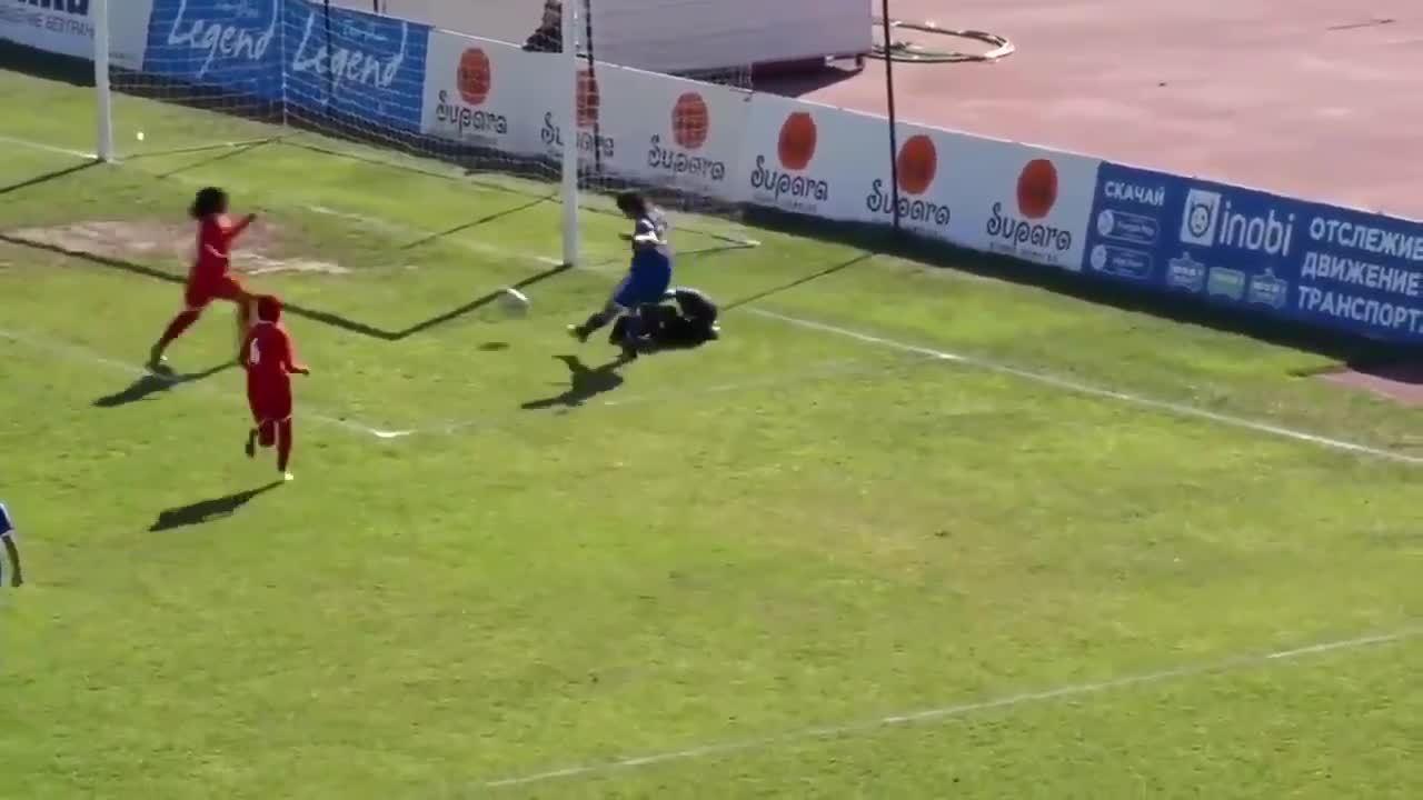 Cầu thủ nữ cướp bóng ghi bàn khi thủ môn đối phương bị đau