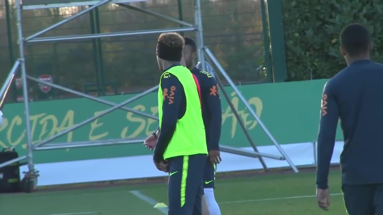 Neymar bị đồng đội sút bóng trúng chỗ kín