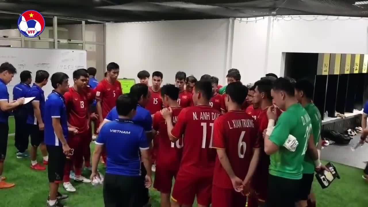 HLV Park Hang-seo khích lệ tuyển Việt Nam trong phòng thay đồ