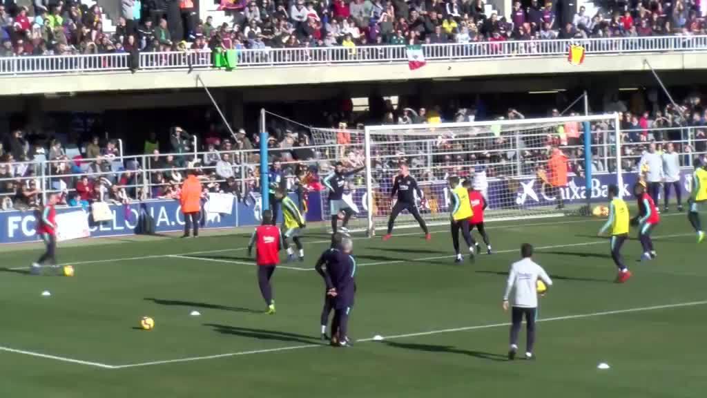 Messi ghi bàn một chạm trên sân tập